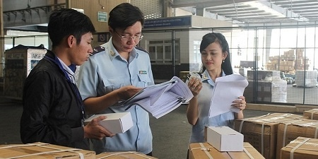 Cán bộ Hải Quan đang kiểm tra hàng hóa nhập khẩu tại TCS - Sân bay Tân Sơn Nhất